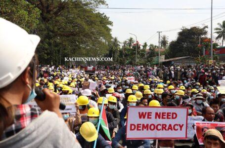 မြစ်ကြီးနားတွင် လူသောင်းချီ စစ်အာဏာရှင်ကို ဆန့်ကျင်ဆန္ဒပြ